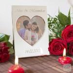 Bilderrahmen mit Gravur und Herzteelichtern und Rosen