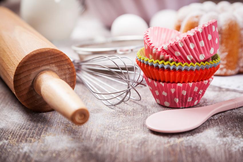 Backutensilien, Muffinsförmchen in verschiedenen Farben