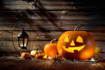 Halloween Kürbis auf einem Holztisch