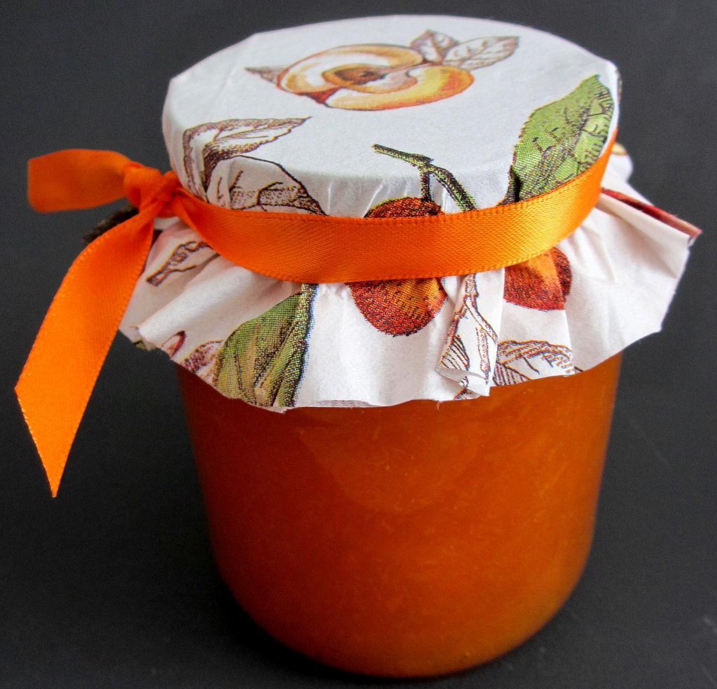 Marmeladenglas mit oranger Füllung