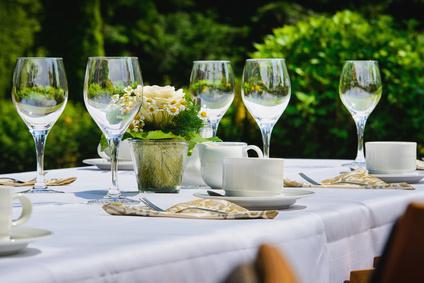 Restaurant im Garten mit gedecktem Tisch