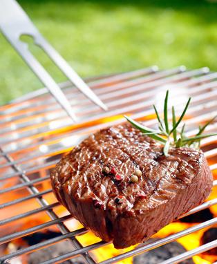 Steak auf dem Grill mit Gewürzen
