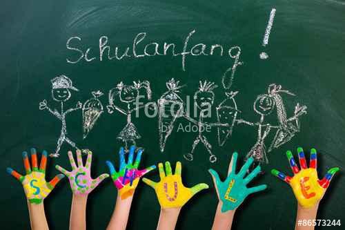Tafel mit bunten Händen von Kindern