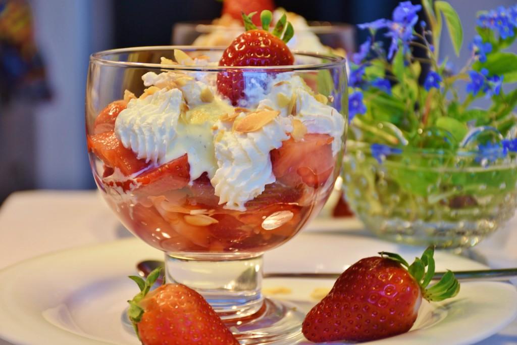 Eisbecher mit Erdbeeren und Sahne