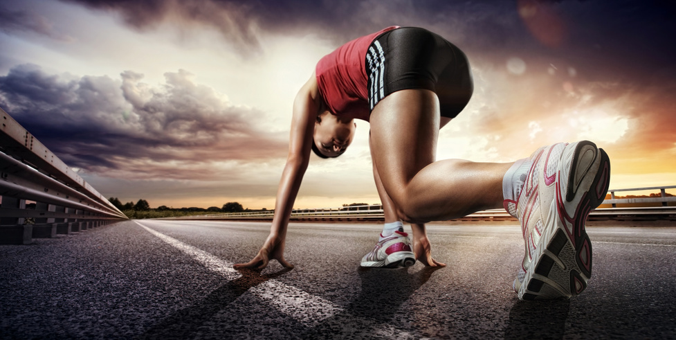 Läufer beim Start auf asphaltierter Straße
