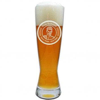 """Weizenbierglas befüllt mit einer Fotogramm-Gravur. Gravur runder Wappen und einem Spruch """"Save water, drink beer"""""""