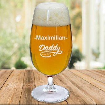 befülltes Bierglas auf einem Holztisch mit Namen Maximilian Daddy since 2017 graviert
