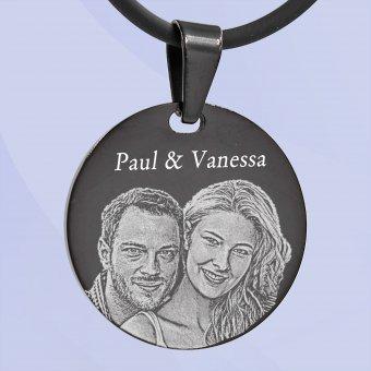 schwarzer Fotoanhänger Ronde mit Fotogravur eines Paares und Gravur Paul & Vanessa
