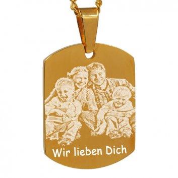 vergoldeter Dogtag Schmuckanhänger mit Fotogravur einer Familie und Text Wir lieben Dich