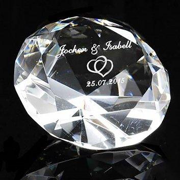 Gravurglas Diamant 12cm mit der Gravur zweier Namen, Herzen und einem Datum.