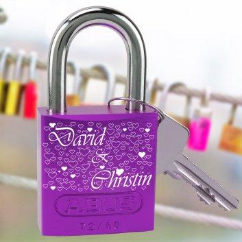 Liebesschloss Hearts mit Gravur lila vor Brücke