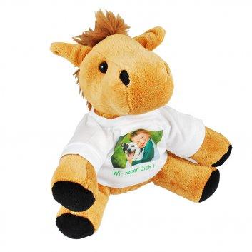 Sitzendes Pferd Kuscheltier mit T-Shirt bedruckt mit einem Kind und einem Hund Text Wir haben dich lieb!