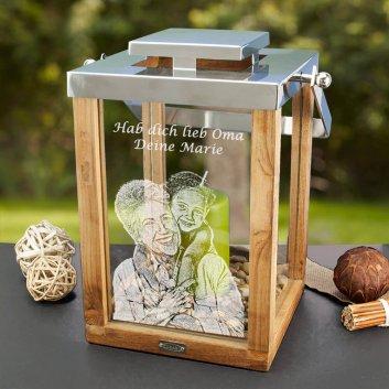 Edzard Holzlaterne mit Fotogravur vor Gartenkulisse