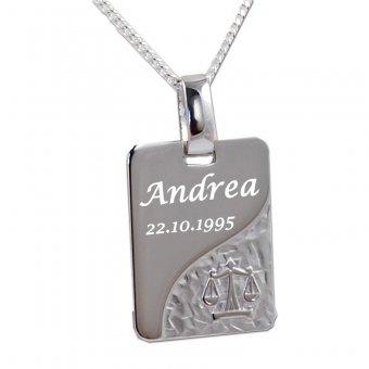 Sternzeichenanhänger 925er Silber als Rechteckform mit Motiv Waage und einer persönlichen Widmung.