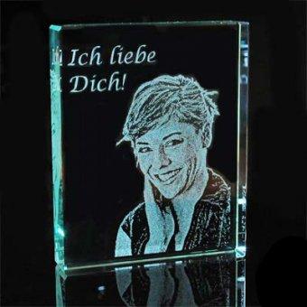 Glasfoto in Rechteckform mit einer Foto- und Textgravur.