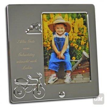 Kinderrahmen Gravur Tasso 9 x 13 mit Fahrradsymbol und Foto von einem sitzenden Junden auf einer Metallgieißkanne