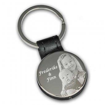 Schlüsselanhänger rund mit schwarzer Lasche und mit Fotogravur zwei Kinder