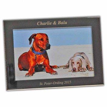 Bilderrahmen Prato mit Textgravur einfacher versilberter Rahmen ohne Design mit einem Foto von zwei Hunden