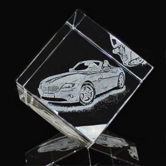 Fotoglas Corner mit der Gravur eines Autos.