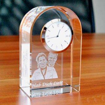 Fotoglas mit Uhr und einer Gravur eines Foto und Textes.