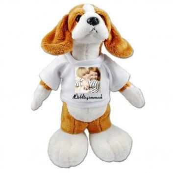 stehendes Hunde Kuscheltier mit T-Shirt bedruckt mit zwei Frauen und Text Lieblingsmensch