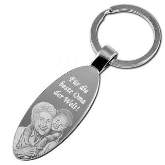 Schlüsselanhänger oval groß mit Fotogravur, wo Oma und Enkelin zusehen sind.