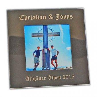 Bilderrahmen mit Gravur 13 x 13 in schlichtem silbernen Design mit Foto von zwei Jungen Männern stehend jeweils links und rechts neben einem hohen Kreuz