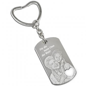 Schlüsselanhänger Dogtag mit ausgestanzten Herz und mit Fotogravur Oma mit Enkeltochter