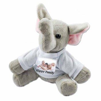 sitzender Elefant mit T-Shirt und Fotodruck einer Familie