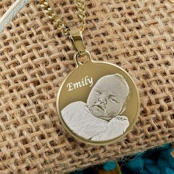 vergoldeter Fotoanhänger mit Fotogravur und Text Emily