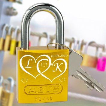 Liebesschloss mit Initialen und Datum graviert