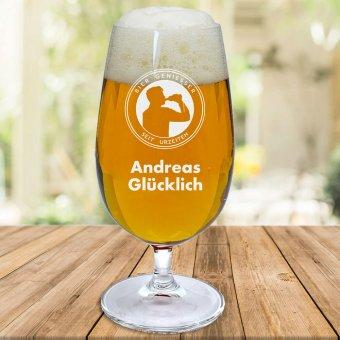 Graviertes Emblem eines trinkenden Mannes mit Namen Andreas Glücklich