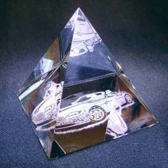 Fotoglas Pyramide mit der Gravur eines Autos.