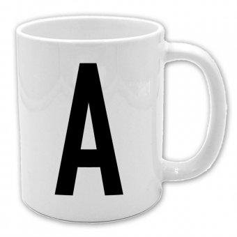 weiße Keramiktasse mit Henkel rechts und Buchstaben A in schwarzer Farbe bedruckt
