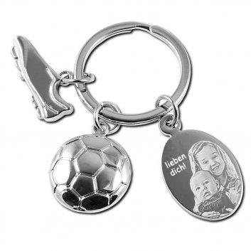 Schlüsselanhänger Fußball mit einem Fußballschuh, Fußball und einer Gravurplatte. Auf der Gravurplatte eine Fotogravur