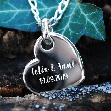 Kettenanhänger Herz aus 925er Silber mit einer persönlichen Widmung
