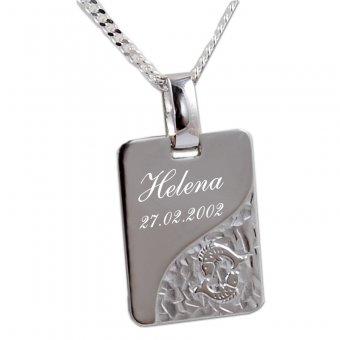 Steernzeichenanhänger aus 925er Silber mit einer Widmung eines Namens und einem Datum.