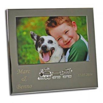Bilderrahmen mit Gravur mit Eisenbahn Design und Foto von Junge mit Hund