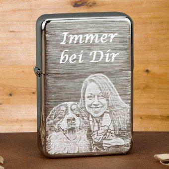 Chrom gebürstetes Lanz Bulldog Benzinfeuerzeug mit Fotogravur
