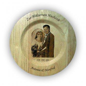 Holzteller mit einer Fotogravur in der Mitte und einer Textgravur am oberen und unteren Rand in 34 cm.