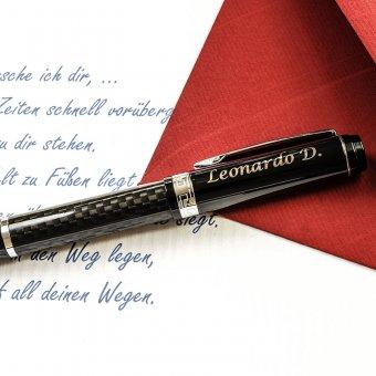 Drehkugelschreiber mit Gravur auf einem beschriebenen Blatt Papier