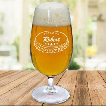 befülltes Bierglas auf Holzunterlage mit Kronkorken Motiv und Namen Robert graviert