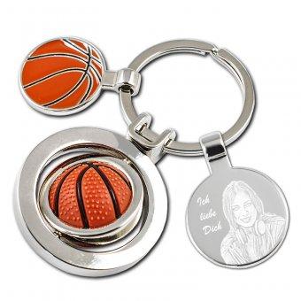 Schlüsselanhänger Basketball mit einer Dame als Fotogravur. Ein Basketball in rot/braun ist als Anhänger ausgestattet welches sich 360 grad drehen kann.