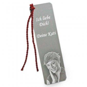 Metall Lesezeichen mit Gravur von junger Frau und lieblichen Text und roter Kordel