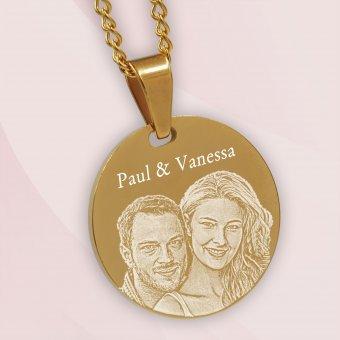 vergoldeter Fotoanhänger Rondenform mit Fotogravur eines Paares und Gravur Paul und Vanessa