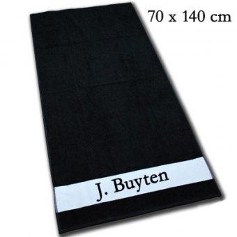 Badetuch in Schwarz bedruckt mit einem Namen.