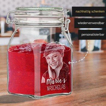 Naschglas mit Drahtbügelverschluss und Gravur befüllt mit Rocher und Dekoration