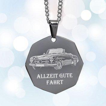 Sechseckiger Schmuckanhänger aus Edelstahl mit Fotogravur eines Autos mit Öse und Ansatz einer Halskette