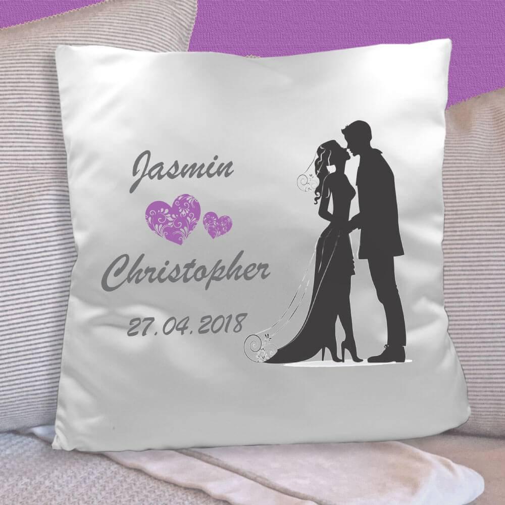 Bedrucktes Kissen für Brautpaare mit Herzen, Namen und Datum