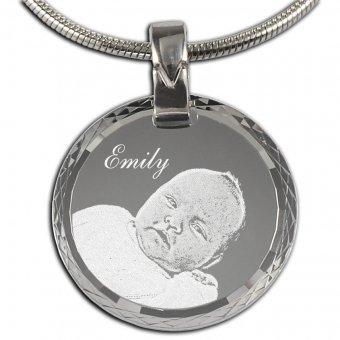 Fotoanhänger Rund aus 925er Silber mit einer Fotogravur eines Babys und einem Namen